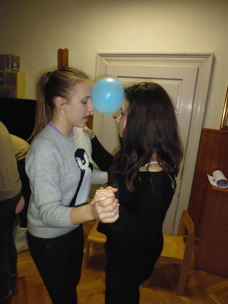 upoznavanje prijateljica s malim sestrama